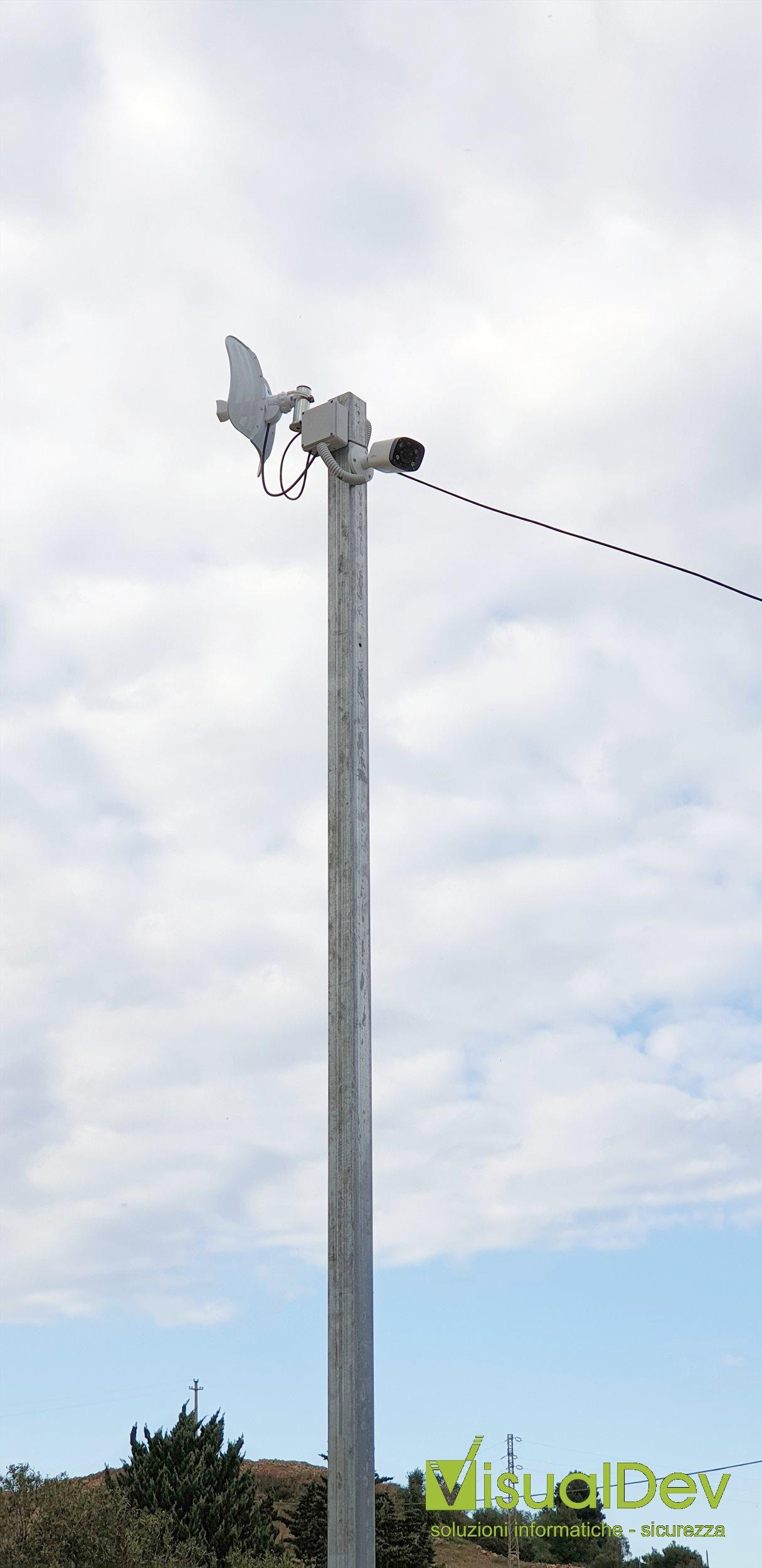 Palo con telecamera IP e trasmettitore in impianto videosorveglianza con analisi video
